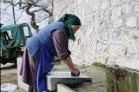 Παραδοσιακές βρύσες και πέτρινα γεφύρια